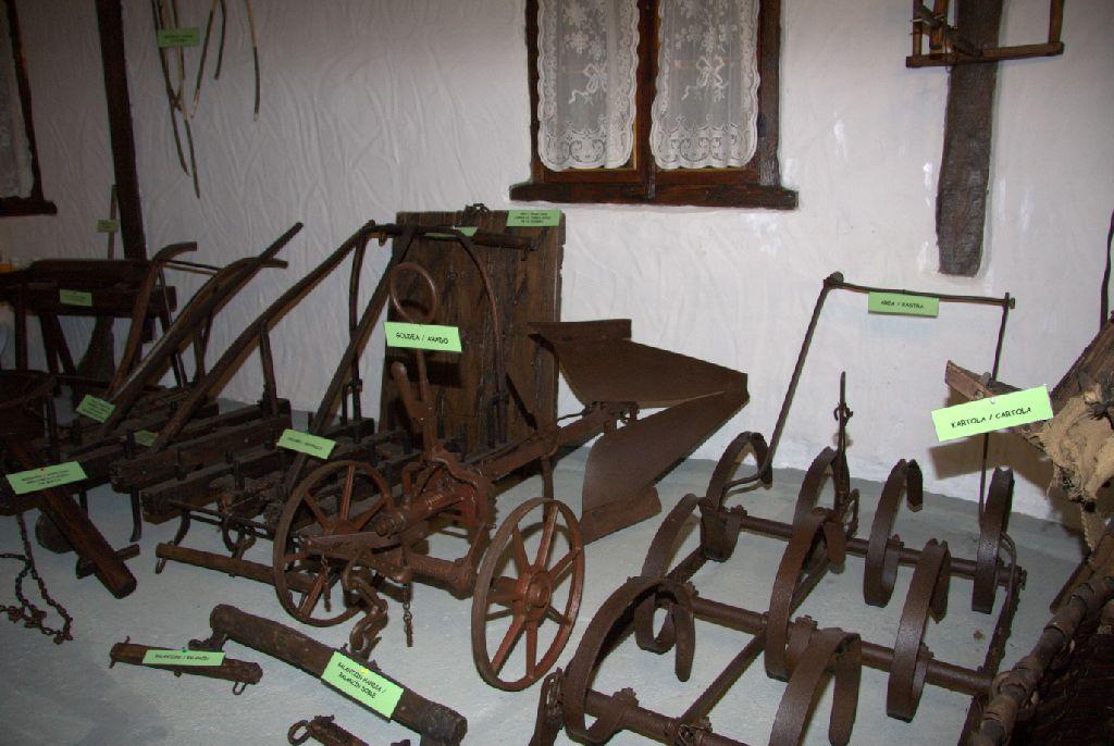 Casa rural iriondoa i y ii etxalar pirineo monta a for Casas de herramientas