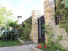 Casa con jardín y barbacoa