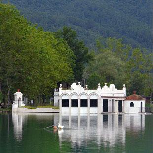 Lago de Banyoles y cuevas prehistóricas mágicas