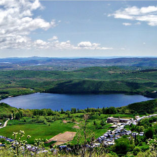 Lago de Sanabria, belleza glaciar natural radiante